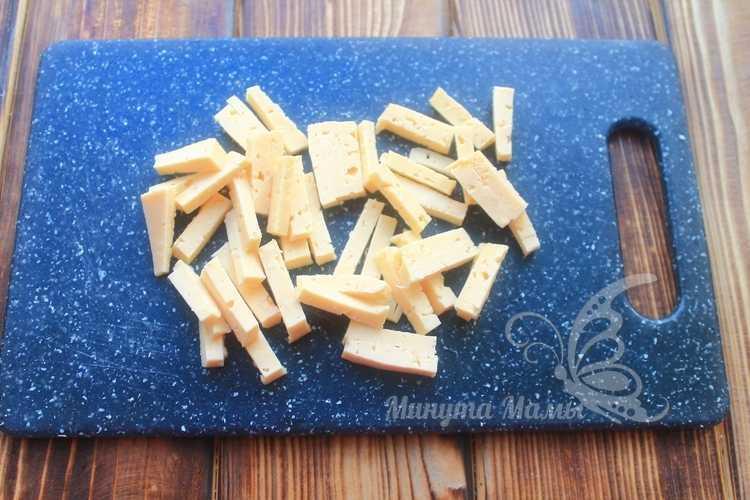 Нарезать сыр на кусочки