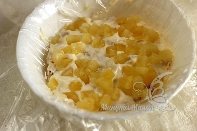Выложите консервированные ананасы