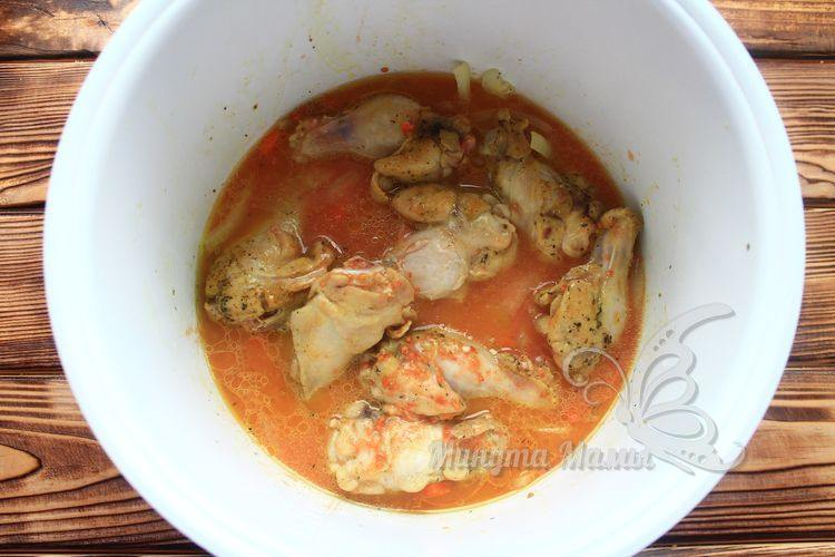 Залить томатным соусом мясо
