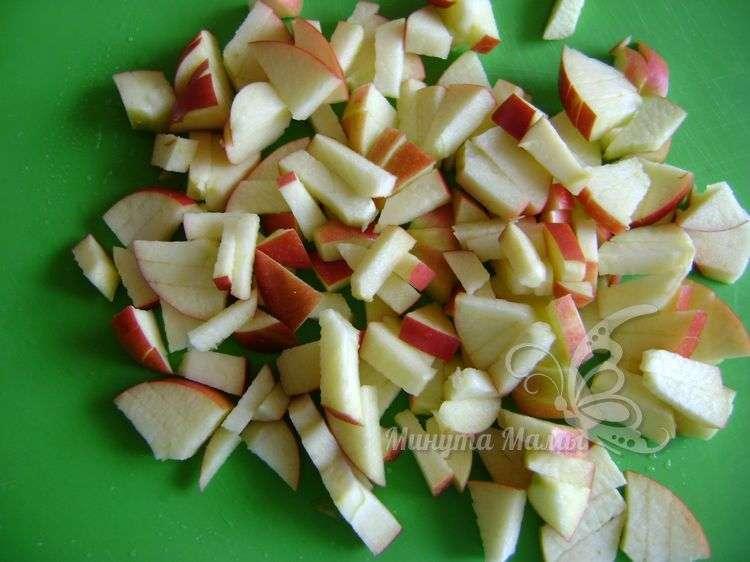 Яблоки нарезаем кубиками