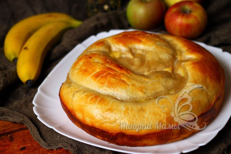 Фото-рецепт пирога с яблоками и бананами из слоеного теста