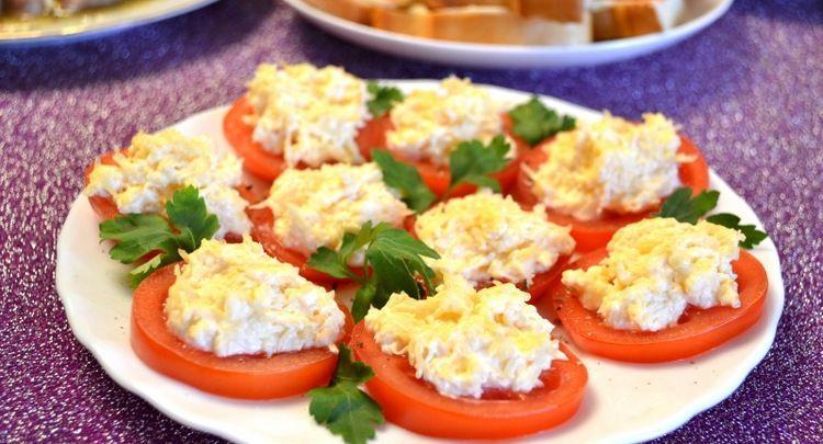 Кружочки помидоров с сыром