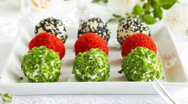 Разноцветные закуски в виде сырных шариков