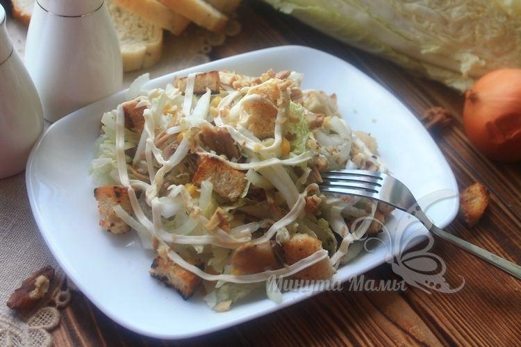 Салат с курицей, пекинской капустой и сухариками