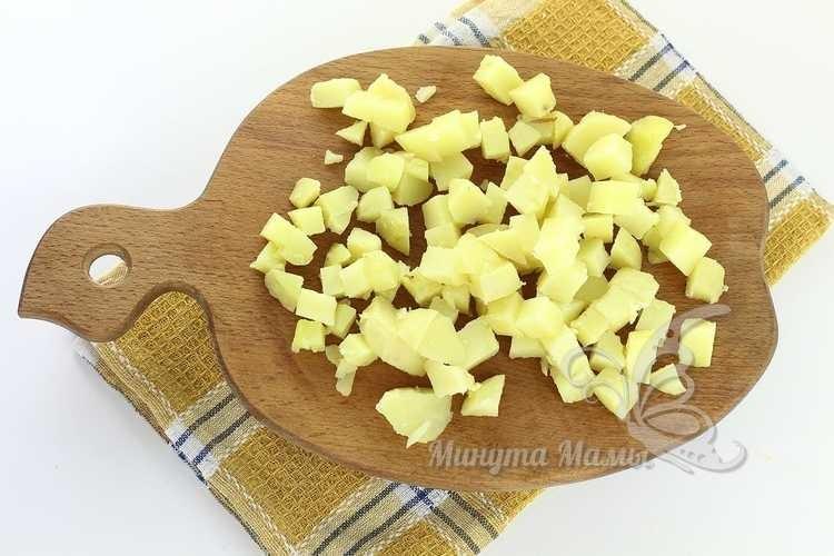 режут картошку