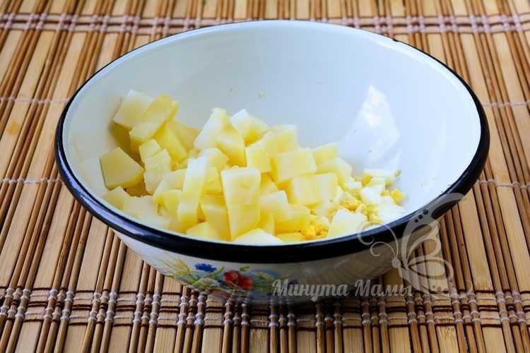 Нарезать картошку и яйца