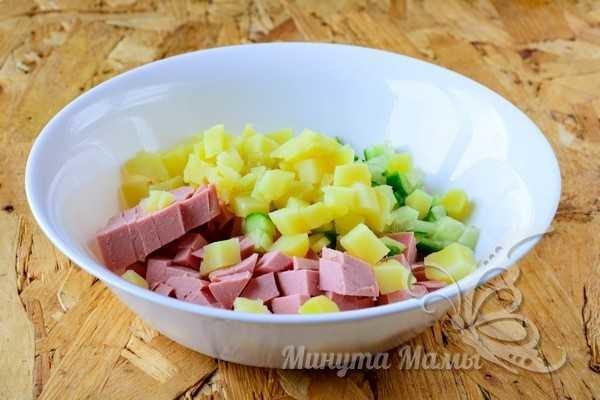 Нарезаем колбасу и овощи