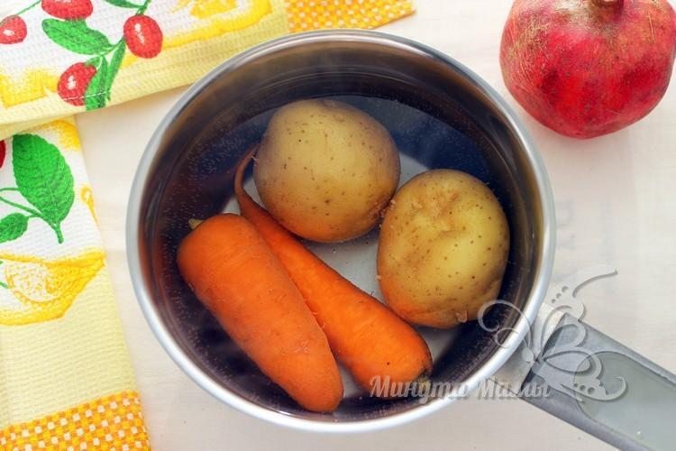 Картофель и морковь варим