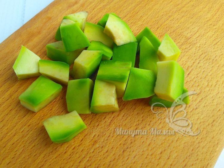 Очищают и нарезают авокадо