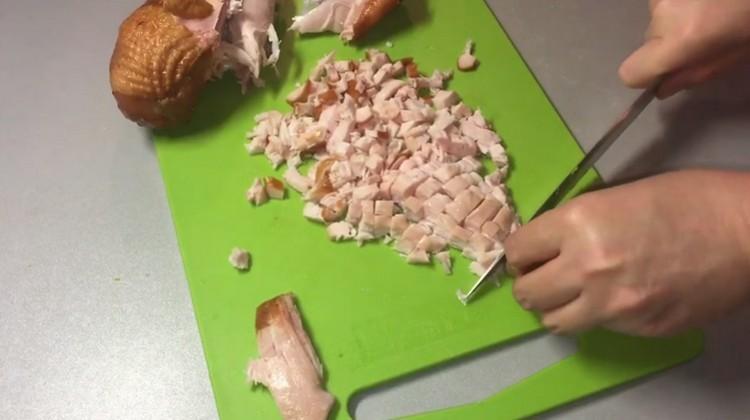 Нарезаем курицу