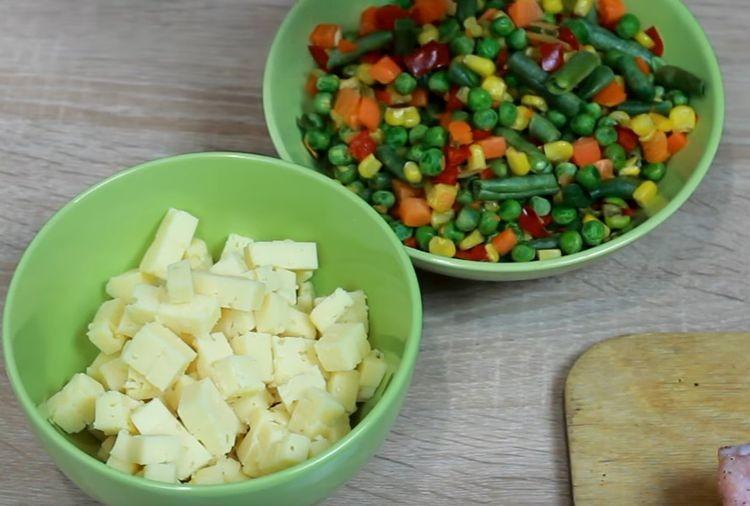 смешивают овощи и сыр