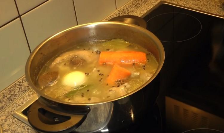 добавляют овощи и специи