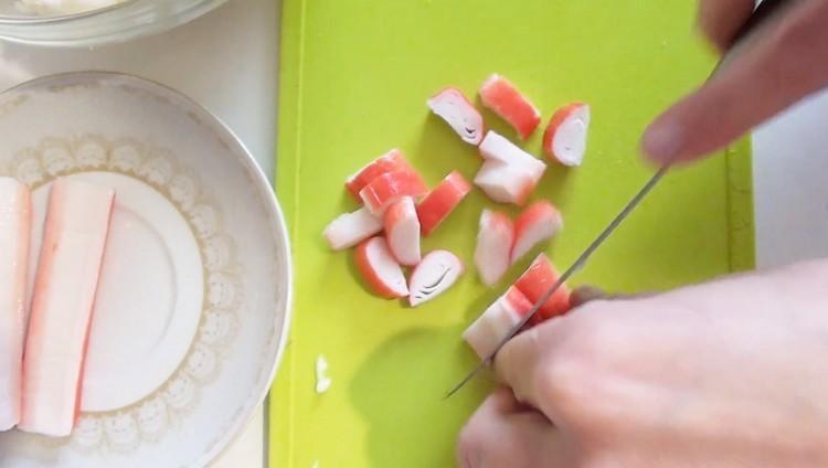Нарежьте крабовые палочки