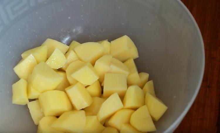 Нарезают картофель