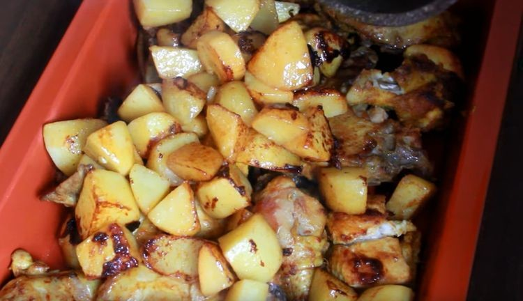 добавляют картошку к курице