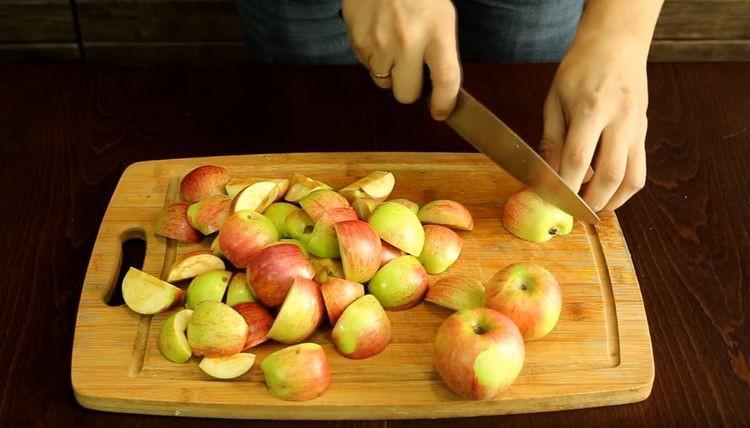 Нарезают яблоки