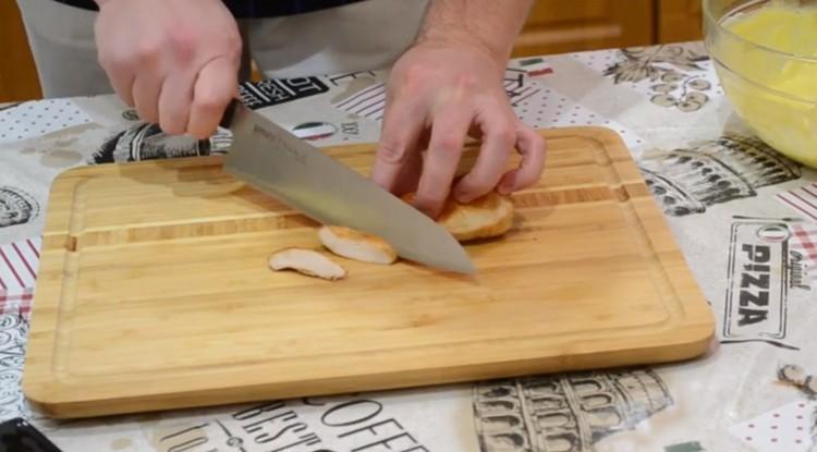 Нарезают мясо