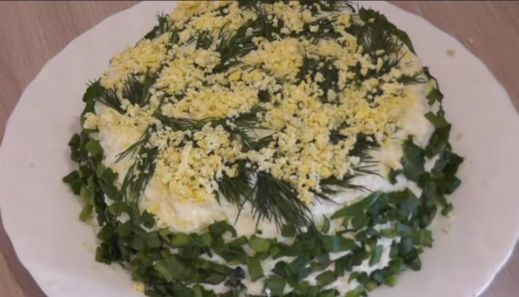 салат с консервой, рисом и яйцом