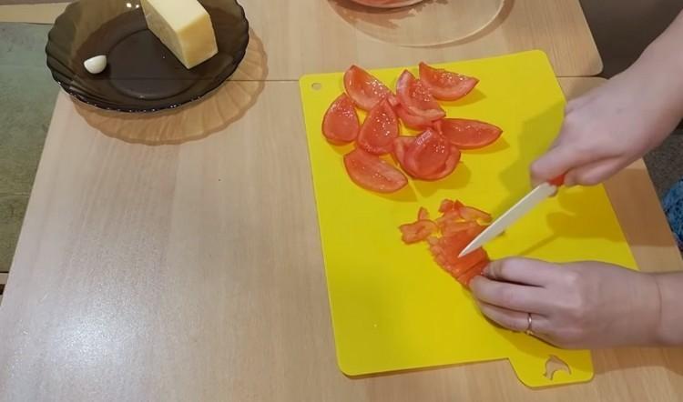 Нарезать мякоть помидор
