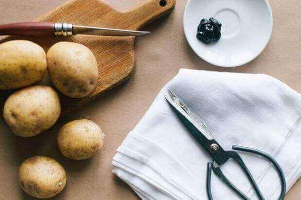 Как почистить серебро картофелем
