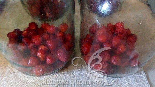 Насыпаем ягоды в банку