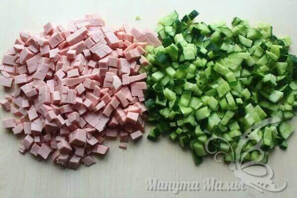 Свекольник холодный - нарезаем колбасу и огурцы
