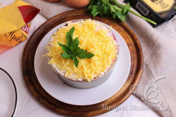 Украсить сыром и зеленью