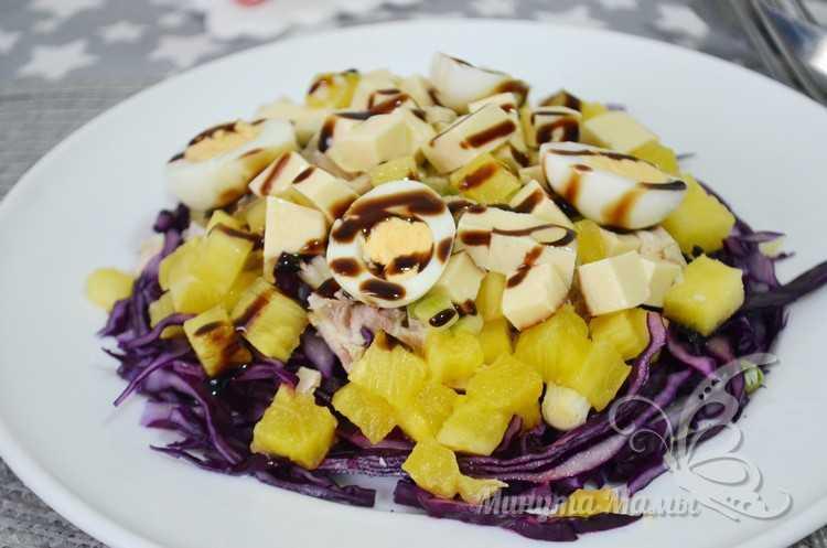 Салат с ананасами, куриной грудкой и сыром