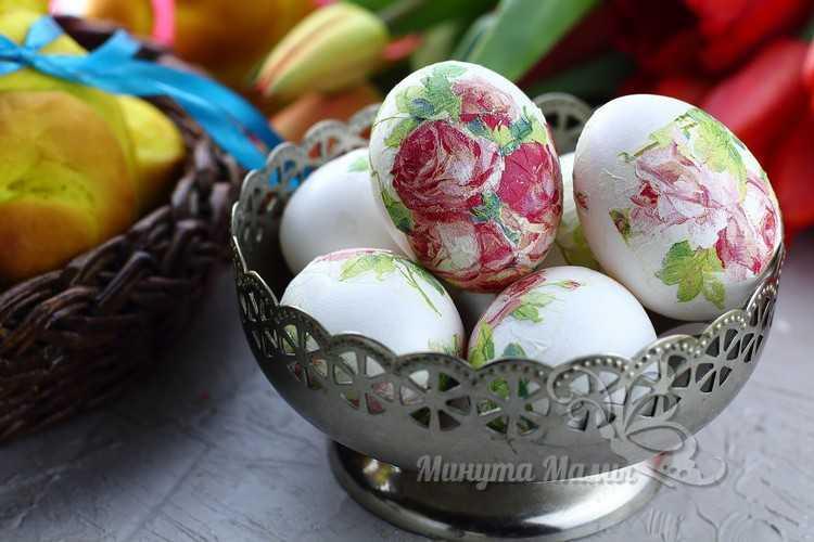 выложить пасхальные яйца в тарелку