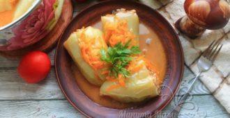 Фаршированный перец с мясом и рисом в томатно-сметанном соусе -рецепт с фото