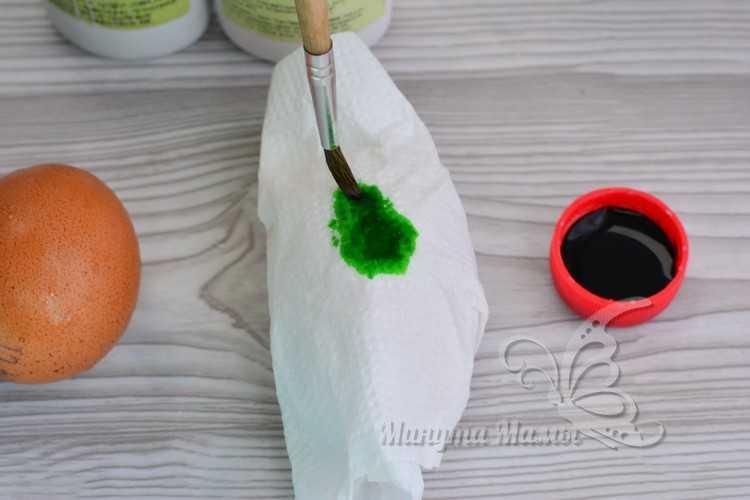 окрашивание яиц через салфетку