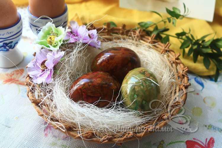 мраморные яйца на тарелке