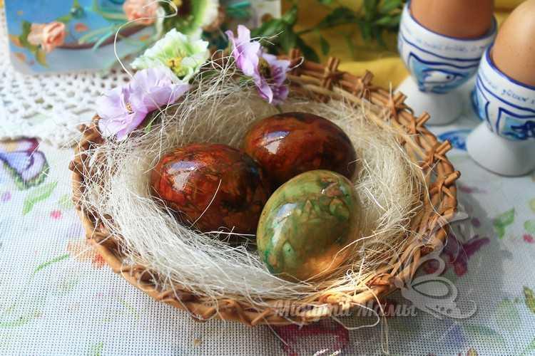 подать мраморные яйца на стол
