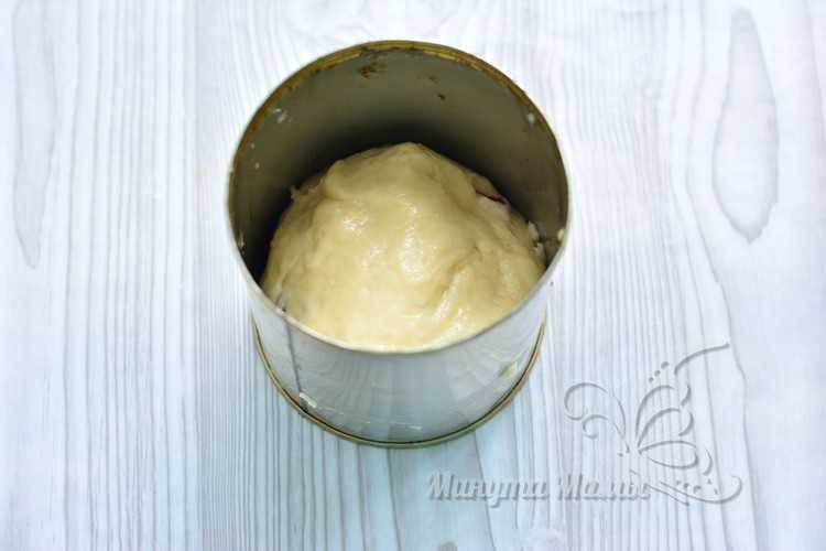 Кладем тесто в форму для куличей