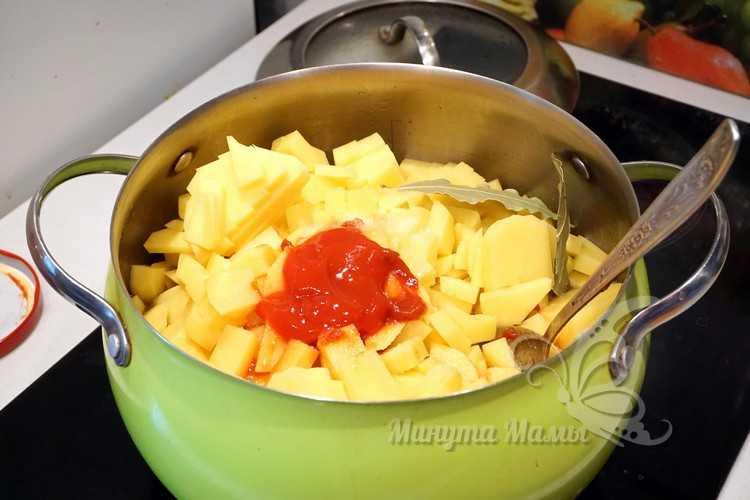 положить картофель в кастрюлю