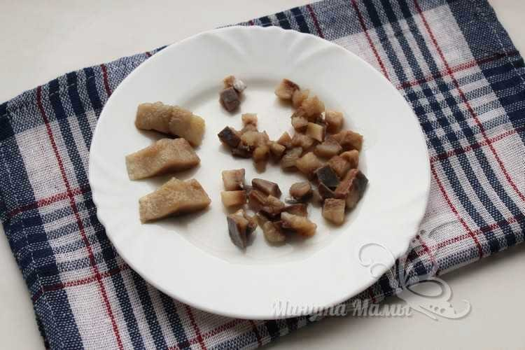 Филе селедки нарезаем кусочками