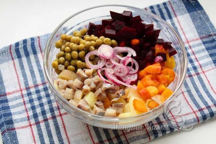 Смешиваем нарезанные овощи