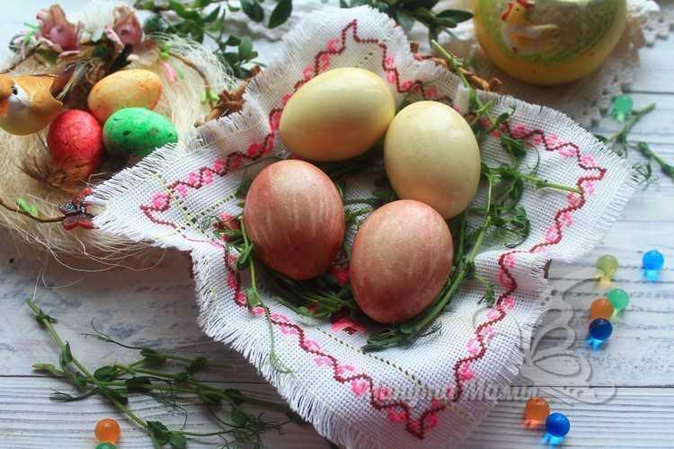 Как в домашних условиях покрасить яйца на Пасху