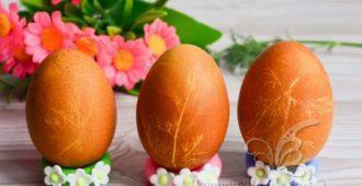 Как покрасить яйца в луковой шелухе с рисунком -пошаговый рецепт с фото