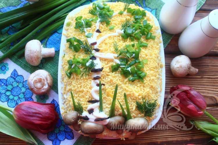 Фото-рецепт салата «Березка» с черносливом, курицей и грибами слоями