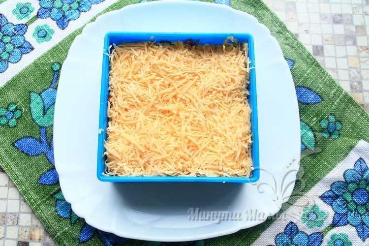 Твердый сыр натереть на терке