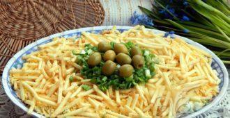 Классический салат «Гнездо глухаря» с курицей