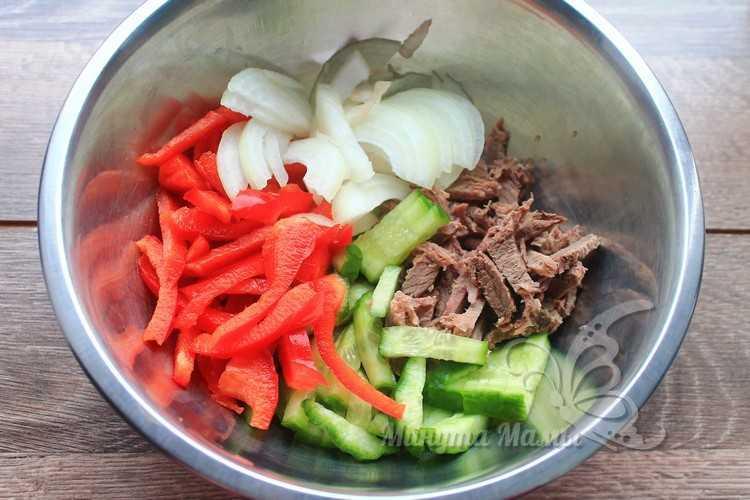 Смешать мясо с овощами
