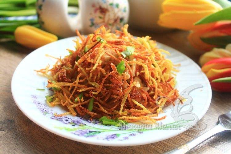 Салат «Муравейник» с курицей и картофельной соломкой - рецепт с фото пошагово