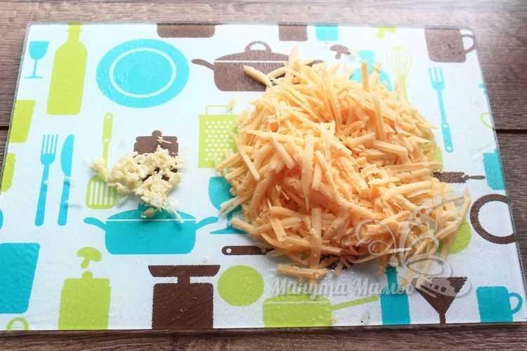 Сыр измельчить на крупной терке