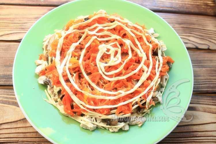 Вареную морковь измельчить на терке