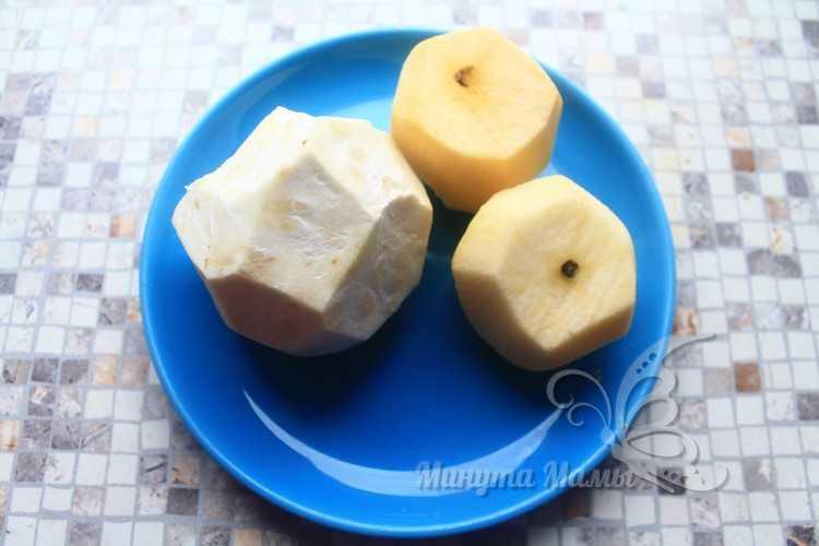 Почистить от кожуры яблоки