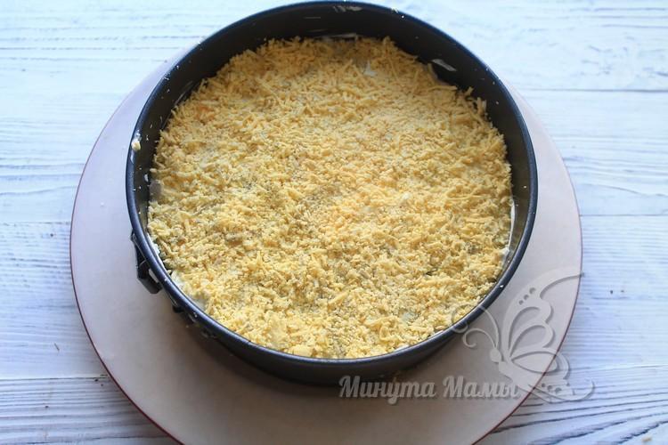 Стружкой из твердого сыра посыпать салат