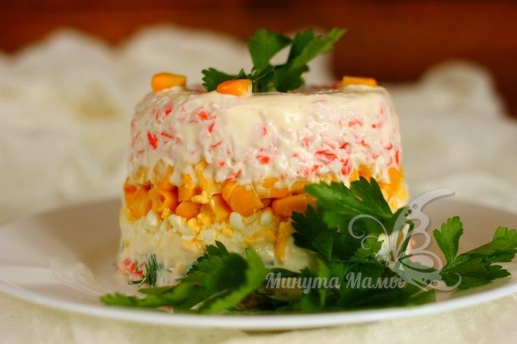 Классический рецепт с фото салата с крабовыми палочками и кукурузой