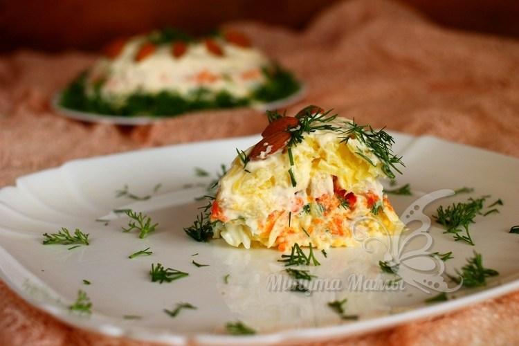 Слоеный салат с курицей и ананасом – простой рецепт с майонезом, без сыра